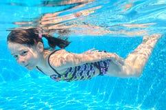 Det lyckliga aktiva undervattens- barnet simmar i pöl Royaltyfria Foton