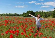 Det lyckliga anseendet för ung kvinna för rödhårig man i vallmofältet Arkivfoton