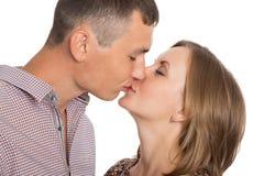 Det lyckliga barn kopplar ihop att kyssa arkivbilder