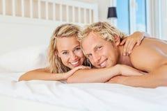 Det lyckliga barn kopplar ihop i säng Royaltyfria Bilder
