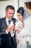 Det lyckliga barn kopplar ihop precis gift Fotografering för Bildbyråer