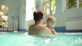 Det lyckliga barnet avlar med skägget hänger ut med hans lilla son i den stängda simbassängen Virvla honom omkring över lager videofilmer