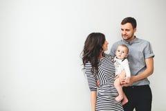 Det lyckliga barnet avlar modern och behandla som ett barn pojken över vit bakgrund Arkivbilder