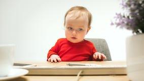 Det lyckliga barnet behandla som ett barn flickalitet barnsammanträde med tangentbordet av datoren som isoleras på en vit bakgrun Royaltyfria Bilder