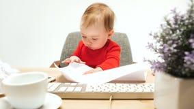 Det lyckliga barnet behandla som ett barn flickalitet barnsammanträde med tangentbordet av datoren som isoleras på en vit bakgrun Arkivbilder