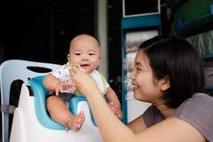 Det lyckliga barnet behandla som ett barn pojken med hans moder Arkivfoton
