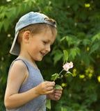 det lyckliga barnet går Arkivfoto