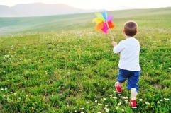 Det lyckliga barnet har utomhus- gyckel Royaltyfri Foto