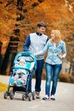 Det lyckliga barnet kopplar ihop att gå med lite sonen i barnvagn arkivbilder