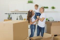 Det lyckliga barnet kopplar ihop att tycka om i deras nya tomma lägenhet Arkivbilder