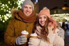 Det lyckliga barnet kopplar ihop med kaffe på julmarknaden Royaltyfria Bilder