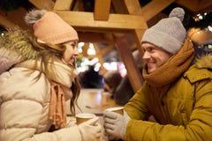 Det lyckliga barnet kopplar ihop med kaffe på julmarknaden Fotografering för Bildbyråer