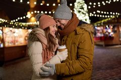 Det lyckliga barnet kopplar ihop med kaffe på julmarknaden Arkivbilder
