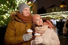 Det lyckliga barnet kopplar ihop med kaffe på julmarknaden Royaltyfri Bild