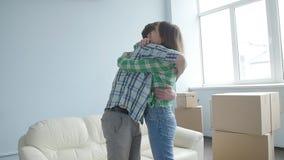 Det lyckliga barnet kopplar ihop med kartongflyttningar till den nya lägenheten lager videofilmer