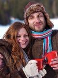 Det lyckliga barnet kopplar ihop varmt te för drink på vintern Arkivfoto