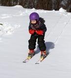 Det lyckliga barnet skidar på i vinter Royaltyfri Foto