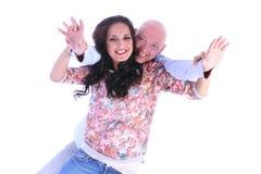 Det lyckliga barnet som älskar par med armar, öppnar Royaltyfri Fotografi