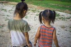 Det lyckliga barnet som spelar med sand, den roliga asiatiska familjen i, parkerar fotografering för bildbyråer