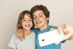 Det lyckliga barnet tar en selfie Arkivfoton