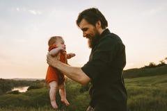 Det lyckliga faderinnehavsp?dbarnet behandla som ett barn utomhus- royaltyfria foton