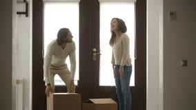 Det lyckliga familjparinnehavet boxas öppningsdörren som skriver in det nya huset stock video