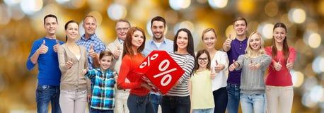 Det lyckliga folket med visning för procenttecken tummar upp Fotografering för Bildbyråer