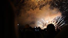 Det lyckliga folket ser festliga fyrverkerier arkivfilmer