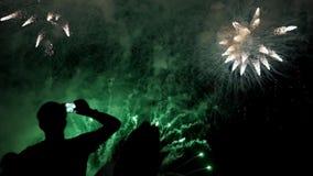 Det lyckliga folket ser festliga fyrverkerier stock video