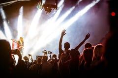Det lyckliga folket som tycker om, vaggar konsert, lyftta upp händer och att applådera av nöje royaltyfria bilder