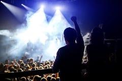 Det lyckliga folket som tycker om, vaggar konsert, lyftta upp händer och att applådera av nöje, aktivt utelivbegrepp arkivfoton