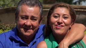 Det lyckliga gifta paret på parkerar stock video