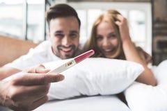 Det lyckliga gifta paret ska vara föräldrar arkivbilder