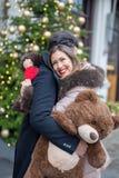 Det lyckliga härliga barnet kopplar ihop att krama och utbyte av gåvor för arkivfoto