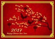 Det lyckliga kinesiska kortet för nytt år 2017 är lyktor och hönahanegalandet på den guld- trädblomman Royaltyfria Foton