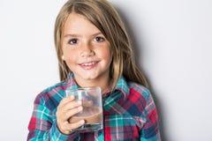Det lyckliga le barnet som dricker choklad, mjölkar isolerat på vit royaltyfri fotografi