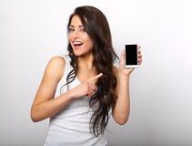 Det lyckliga le härliga den makeupkvinnainnehavet och advertizingen mobbar royaltyfria foton