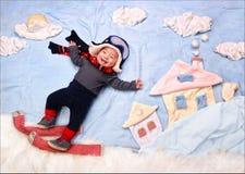 Det lyckliga le spädbarnet behandla som ett barn pojkeskidåkaren Royaltyfri Foto
