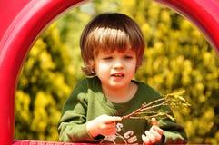 Det lyckliga lilla barnet, behandla som ett barn att spela för pojke Royaltyfria Bilder