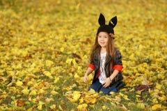 Det lyckliga lilla barnet, behandla som ett barn flickan som skrattar, och spela i hösten på naturen gå utomhus Arkivbilder