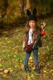 Det lyckliga lilla barnet, behandla som ett barn flickan som skrattar, och spela i hösten på naturen gå utomhus Royaltyfri Foto