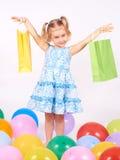 Det lyckliga liten flickainnehav upp shopping hänger lös bags flickan som rymmer little shopping Fotografering för Bildbyråer