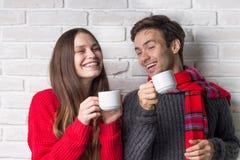 Det lyckliga paret dricker te och skrattar Royaltyfri Bild