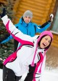 Det lyckliga paret som spelar på, kastar snöboll och har gyckel arkivfoto