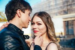 Det lyckliga paret spenderar semesterferier i St Petersburg Båda ser egentligen lyckliga De är kringresande längs gatorna av Royaltyfria Foton