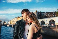 Det lyckliga paret spenderar semesterferier i St Petersburg Båda ser egentligen lyckliga De är kringresande längs gatorna av Royaltyfri Bild
