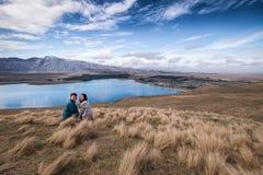 Det lyckliga paret tycker om härligt landskaplandskap i Nya Zeeland arkivfoton