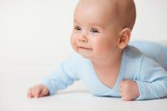 Det lyckliga spädbarnet behandla som ett barn royaltyfri foto