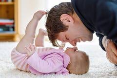 Det lyckliga stolta barnet avlar med nyfött behandla som ett barn dottern, familjstående tillsammans fotografering för bildbyråer