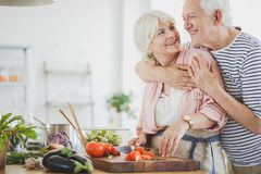 Det lyckliga strikt vegetarianparet gör lunch royaltyfria bilder